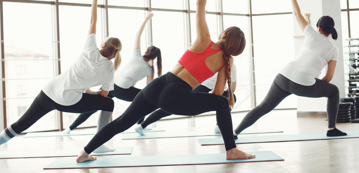 Gruppe von Frauen, Rückansicht in Stretchposition seitlich