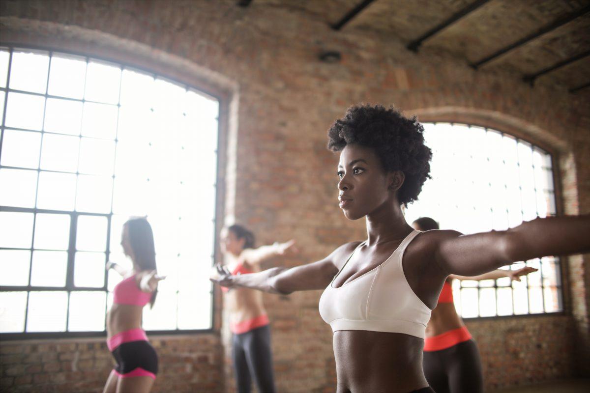 4 Damen im Fitnessoutfit im Kursbereich